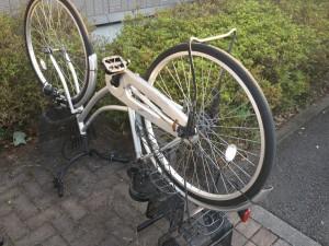 ひっくり返された自転車