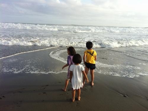 遠州灘の波で遊ぶ